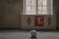 . don't let the ball hit the ground without a body hitting the ground with it (. ruinenstaat) Tags: tumraneedi ruinenstaat platzderaltensteine oblivion lost lostplace leerstand old alt abandoned derelict decay dust forgotten forlaten fenster vindu window verlassen verfall verfallen vergessen verlaten verwoest neglected inruins sporthalle sport sportsaal volleyball handball turnhalle pictogramm