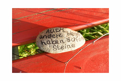 😁 (balu51) Tags: morgenspaziergang bank rot stein spruch morning morningwalk stone quote mademesmile red spring mai 2019 copyrightbybalu51