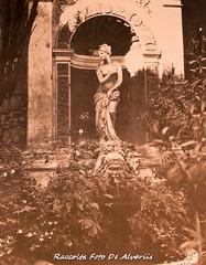1987 Palazzo Corsetti Podocatari , fontana nel cortile, Via Monserrato 20, Foto L. Pratesi (Alvaro ed Elisabetta de Alvariis) Tags: palazzocorsettipodocatarifontananelcortileviamonserrato20 rioneregola viamonserrato roma rome lazio italy raccoltafotodealvariis