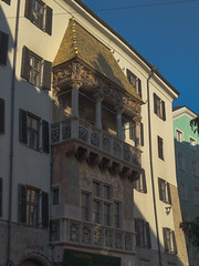 Innsbruck-2018_07 (rhomboederrippel) Tags: rhomboederrippel fujifilm xe1 november 2018 europe austria tyrolia innsbruck citycentre citycenter altstadt sunny clearsky goldenesdachl goldenroof blue