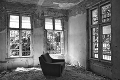 take a break (robert.freitag) Tags: nikon nikond7200 sigma sigma1770 bw sw monochrome decay rotten abandoned lostplaces windows fenster armchair sessel