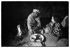 83204_12 High Atlas, Morocco, 1983 (Wolfgang_Kraus) Tags: morocco maroc marokko highatlas hautatlas berbers imazighen food ethnography analog film pentax mx smcpentaxm28mmf28 ilford hp5 microphen monochrome schneiderkreuznach adapted 11 xenon zirconia k1 dslrscanning linescan industriallens push piplkan