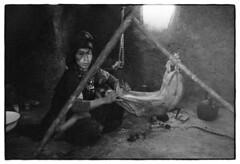 83204_18 High Atlas, Morocco, 1983 (Wolfgang_Kraus) Tags: morocco maroc marokko highatlas hautatlas berbers imazighen food work ethnography analog film pentax mx smcpentaxm50mmf14 ilford hp5 microphen monochrome schneiderkreuznach adapted 11 xenon zirconia k1 dslrscanning linescan industriallens push piplkan