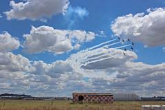 Tiralíneas (Alfredo Juan_) Tags: getafe spanish españa espanha madrid avião avión sky nubes exhibición aeropuerto airport