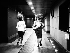 Quanta fretta, ma dove corri ? II (VauGio) Tags: olympus ep3 olympuslens zuiko bincoenero blackandwhite hurry run corsa fretta stazione railwaystation