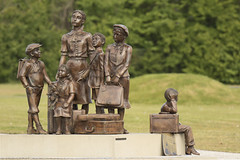 Kindertransport Monument - Koningin-Emmaboulevard - Hoek van Holland (Jan de Neijs Photography) Tags: zuidholland holland nederland thenetherlands dieniederlande southholland tamron150600g2 tamron tamron150600 150600 g2 rotterdam hoekvanholland denieuwewaterweg waterweg noordzee northsea hvh people mensen nieuwewaterweg nl hookofholland golven dehoek kindertransport kindertransportmonunent kindertransportmonumenthoekvanholland tweedewereldoorlog channelcrossingtolive frankmeisler 1938 monument