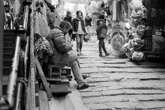 street pedlar @hk (Itsuki WANG) Tags: 135 400 50mmf2 epson epsonv850 ilfotecddx ilford jobo leica m6 perfectionv850 silverfast blackandwhite blackwhite bw delta400 film filmphotography hongkong leitz monochrome randomshot streetphotography