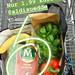 Food-Blogger postet Instagrambild von gesunden Einkauf im Einkaufswagen und dem veganen Mandeleis