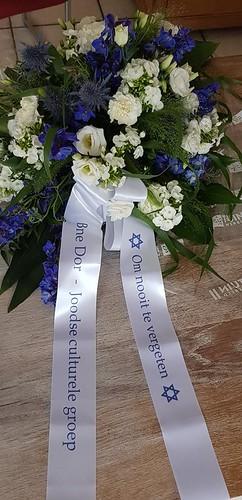 70mm wit rouwlint met blauw bedrukt