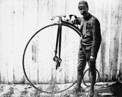 Anglų lietuvių žodynas. Žodis velocipede reiškia n  senovinės formos dviratis; juok. dviratis 2 amer. vaikiškas triratis 3 glžk. drezina lietuviškai.