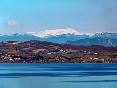Il lago di Bracciano con (sullo sfondo) il Terminillo (giorgiorodano46) Tags: febbraio2015 february 2015 giorgiorodano bracciano lazio italy lago lake terminillo snow ombre shadows