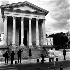 Nîmes (Christian Lagat) Tags: france gard nîmes carré iphone téléphone phone noiretblanc blackwhite maisoncarrée touristes tourists photographes photographers square