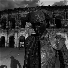 Nîmes (Christian Lagat) Tags: france gard nîmes iphone téléphone phone noiretblanc blackwhite carré square arènes arena statue christianmontcouquiol nimeñoii ombres shadows nuit night