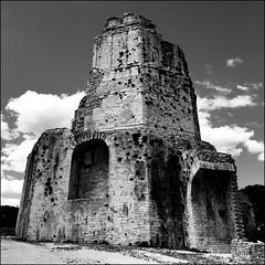 Nîmes (Christian Lagat) Tags: france gard nîmes iphone téléphone phone noiretblanc blackwhite carré square tourmagne galloromain galloroman tour tower