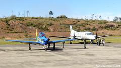 A-29 Super Tucano e EMB-110 Bandeirante (Peedro Fox) Tags: turboélice plane brazilianairforce acrobaticairplane coolpix p500 nikon fumaçajá esquadrãodedemonstraçãoaérea eda esquadrilhadafumaça pt6 prattwitney forçaaéreabrasileira fab barbacena sábadoaéreo supertucano a29 110bandeirante embraer