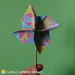 """Girandola ""  Modello creato adesso. Carta da origami bicolore decorata, lato 15cm.  ------------------------------------------- ""Pinwheel"" Model created now. Double side colored kami, 15cm edge.  #origami #cartapiegata #paperfolding #papiroflexia  #paper (Nocciola_) Tags: pinwheel paperart cartapiegata createdandfolded papiroflexia paperfolding originaldesign danielacarboniorigami paper origami girandola"
