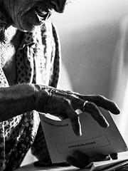Elecciones (Adisla) Tags: olympus em1x mzuiko 75mm f18 bn humano