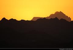Al Hajar Mountains seen from Nizwa Fort, Nizwa, Oman (JH_1982) Tags: sky evening sun glow sunset ocaso sonnenuntergang coucherdesoleil pôrdosol tramonto закат zonsondergang zachódsłońca solnedgång solnedgang auringonlasku apus залез matahariterbenam mặttrờilặn 日落 日没 غروب light yellow licht abend dusk dämmerung mountains mountain silhouette silhouettes al hajar جِـبَـال الْـحَـجَـر hadschar gebirge berg monts monti хаджар jebel shams jabal جبل شمس dschabal schams djebel 沙姆山 シャムス山 эшшам nature natur landscape scenery scenic berge oman sultanate سلطنة عُمان sultanat sultanato omán 阿曼 オマーン 오만 оман