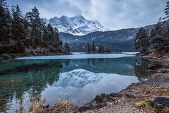 Dull weather that morning (cygossphotography) Tags: zugspitze wetterstein gebirge berge mountain montagne natur nature landschaft landscape paysage schnee snow neige eibsee see lake lac spiegelung reflection reflet grainau garmischpartenkirchen bayern bavaria bavière deutschland germany allemagne bewölk overcast nuageux wolken clouds nuages canon eos 6d springtime