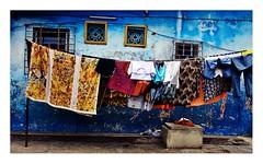 jour de lessive à Treichville (Marie Hacene) Tags: abidjan treichville côtedivoire couleurs linge lessive mur ville street