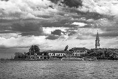 Aller plus loin dans la lagune de Venise avec un peu de ciel - III/III : l'île de Poveglia et ce message : DIFENDIAMO POVEGLIA... (Stéphane Désiré) Tags: venezia venise lagune poveglia île eau ciel noiretblanc 85mm