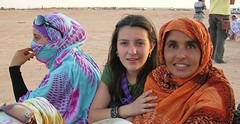 Solidaritat amb el Poble Sahrauí. (josepponsibusquet.) Tags: campaments campamentos refugiats refugiados sahrauís saharauís sàhara desert desierto arena sorra cooperant ong acaps saharalibre tindouf tinduf argelia algèria solidaritat solidaridad alaaiún aaiún bucràa jove chica ajuda ayuda humanitària nikon nikone8700
