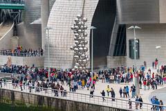 Efecto Guggenheim (Juan Ig. Llana) Tags: bilbao museo guggenheim vacaciones semanasanta gente fachada titanio escultura esferas anishkapoor