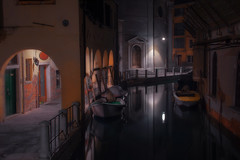 Venetian paths 164(Sotoportego de le Colonete) (Maurizio Fecchio) Tags: morning venice venezia italy street lights cityscape city nopeople longexposure canal water boats church nikon d7100 haidafilters haidafiltersitalia haida