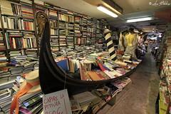 Libri in Gondola (Luca Bobbiesi) Tags: venice venezia veneto book gondola bookshop libri libreria curious funny libreriaacquaalta lifestyle culture canoneos7d canonefs1022mmf3545usm