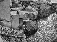 Malmousque les bains chauds (coco de carry) Tags: cabanon endoume marseille promenadeborddemer provence merméditérranée sea rochers rivage nb noiretblanc bw fujix10