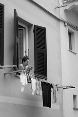 Giorno della lavanderia (just.Luc) Tags: vrouw femme frau donna mujer woman bn nb zw monochroom monotone monochrome bw laundry wasdag was lessive window fenster fenêtre raam venster italia italy italien italie italië ligurië liguria ligurie ligurien cinqueterre italiaanserivièra italienischeriviera italianriviera rivieraligure europa europe riomaggiore