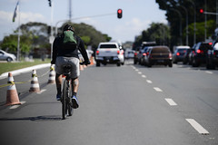Fotos produzidas pelo Senado (Senado Federal) Tags: bie ciclista homem bicicleta rua trânsito brasília sinal semáforo tráfego veículo carro farol sinaleiro cone sinalização segurança capacete mobilidadeurbana transporteurbano df brasil
