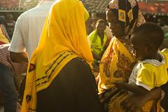 *** (.sl.) Tags: tanzania tanzanie stonetown africa women womenportrait muslim hijab yellow black sun flare market people kid mother public urban crowd street portrait photography streetphotography streetportrait fuji fujifilm