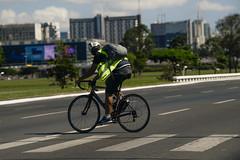 Fotos produzidas pelo Senado (Senado Federal) Tags: bie ciclista homem bicicleta rua trânsito brasília tráfego veículo carro sinalização segurança capacete colete faixadepedestre mobilidadeurbana transporteurbano df brasil