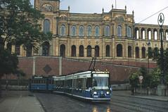 Ehe R1-Wagen 2702 gemeinsam mit dem Niederflur-Erstling 2701 die geladenen Gäste von Moosach in die Stadt bringt, schleppt er den A-Wagen 256 zu den Eröffnungsfeierlichkeiten nach Moosach (Bild: Peter Gimpel) (Frederik Buchleitner) Tags: 256 2702 awagen dienstwagen linie11 maximilianeum maximiliansbrücke moosachcosimaexpress munich münchen r1wagen schleppfahrt strasenbahn streetcar tram trambahn