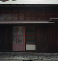 in a japanese village (Vinzent M) Tags: japan zniv tlr rollei rolleiflex 35 zeiss planar 日本 ektar kodak 関東 千葉 chiba kanto
