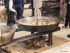 2747  Cocinando la paella (Ricard Gabarrús) Tags: cocina cocinar paella airelibre cocinero arroz picnic ricardgabarrus olympus paellera ricgaba