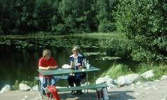 Lena till Kalmar 28 aug 1977 (gustafsson_jan) Tags: lenanyberg gunnelgustafsson rastplats fikarast