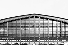 Hamburg - Hauptbahnhof / Central Station (peterkaroblis) Tags: hamburg hauptbahnhof centralstation schwarzweis blackandwhite city cars autos
