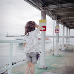 See You (Teshima, Japan) (yoannpupat) Tags: sea 6x6 japan rolleiflex mediumformat square pier child ishootfilm teshima filmphotography tessar filmisnotdead formatcarré believeinfilm seto