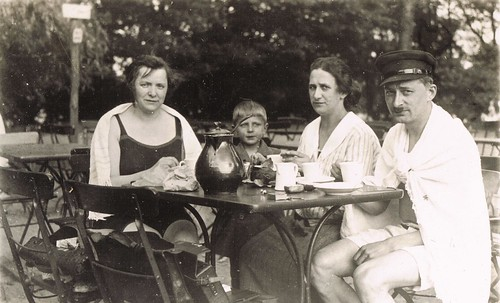 COMMUNITY AND EXPERIENCE * Photo impressions of the 1920s *