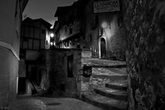 Paseo en la noche (chelocatala) Tags: pueblo casas escaleras farolas calles noche albarracin teruel españa