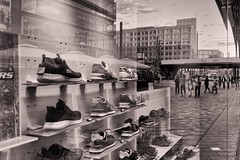 Berlin Alexanderplatz 2019-05-29 20:48:39 (Pascal Volk) Tags: berlin mitte alexanderplatz alea101 schaufenster displaywindow shopwindow storewindow escaparate schuhe shoes footwear zapatos street people donnerstagsmonochrom canonpowershotg1xmarkiii 21mm dxophotolab dxosilverefexpro nikcollection coppertoner spiegelung reflexion reflection reflexión reflejo réflexion