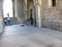 Bagpiper in tunnel entrance to the Plaza  de  Obradoiro, Santiago  de Compostela,  Galicia, Spain (d.kevan) Tags: stone entrance tunnel santiagodecompostela galicia spain plazadeobradoiro musician streetperformer piper musicalinstrument lights steps people musiccase niche window pillasters bagpipes paving
