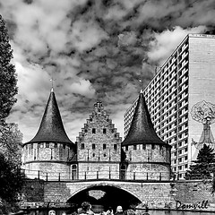 Passé / Présent, remparts et immeuble (DOMVILL) Tags: domvill remparts tour immeuble canal pont architecture histoire gand monochrome