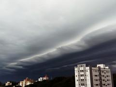 (Observer ☼☼) Tags: shelfcloud nuvens southern brazil sul brasil paraná clouds city cidade prédios buildings autumn outono weather tempo chuva rain lluvia