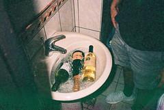(埃德溫 ourutopia) Tags: film maco tcs eagle 400 macotcseagle macotcseagle400 yashica t2 t3 t4 t5 expiredfilm filmphotography analog analogphotography guy man legs party birthday wine alcohol sink restroom ktv karaoke フィルム