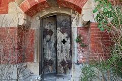 Who's there? (Rob Oo) Tags: staglieno liguria italy ccby40 cemetery genoa genova genua italia italië ro016b door