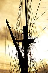 Entremêlés... (isa_tand) Tags: mat bateau nuit noir contrejour pornic toile soleil couché bichromie canon eos77d