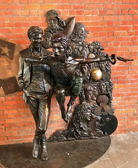 David Bowie memorial Aylesbury (Gérard Farenc) Tags: aylesbury buckinghamshire angleterre england scukpture monument bowie